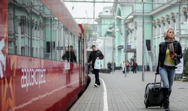 Аэроэкспресс на платформе вокзала