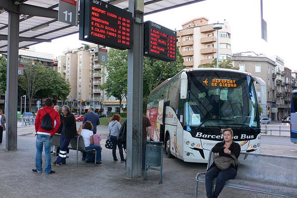 Автобусная остановка: водитель Barcelona bus собирает пассажиров, чтобы доставить их до аэропорта