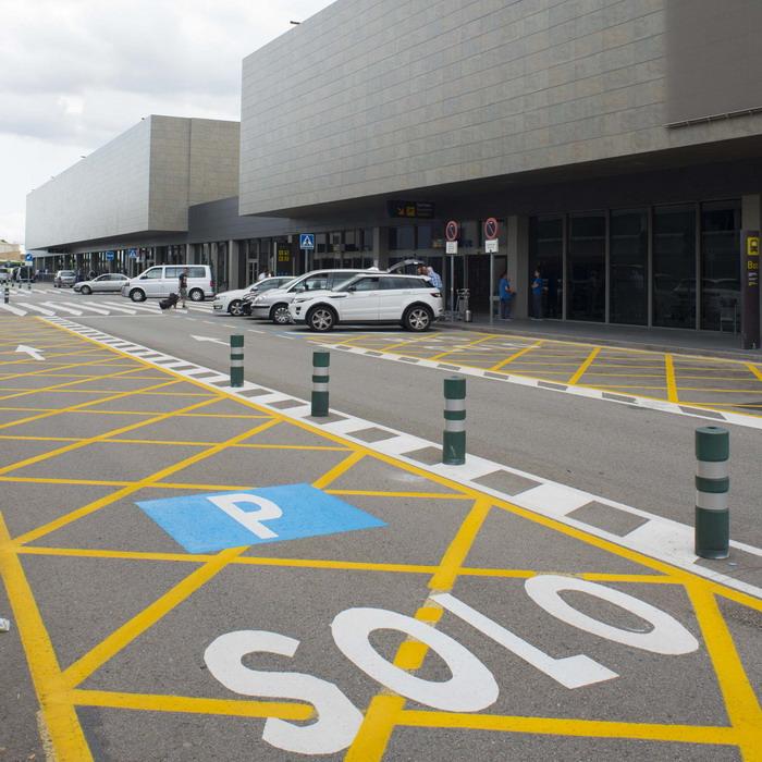 Здание аэропорта с местами для парковки автомобилей
