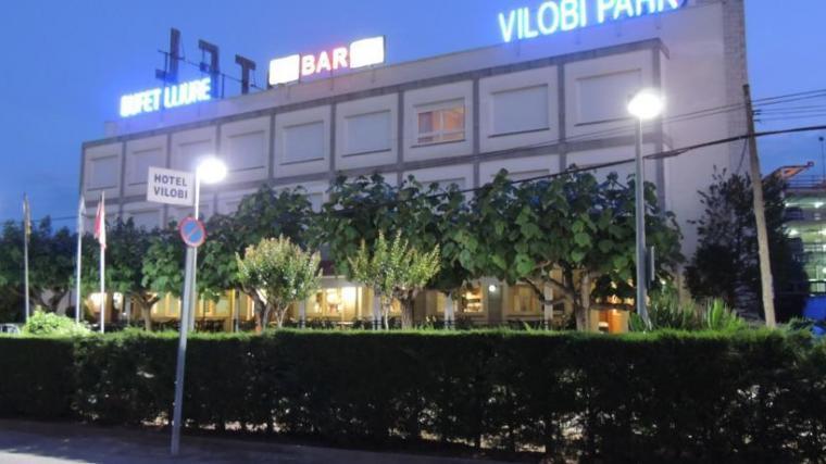 Как выглядит отель Hotel Vilobi в свете фонарей