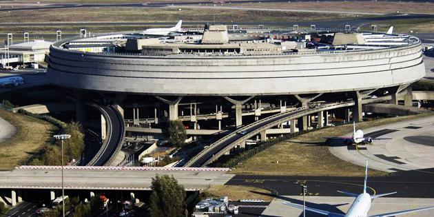Есть в облике этого аэропорта что-то явно футуристическое