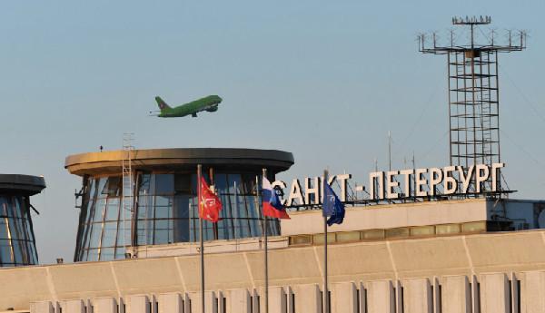 Самолет над надписью Санкт-Петербург