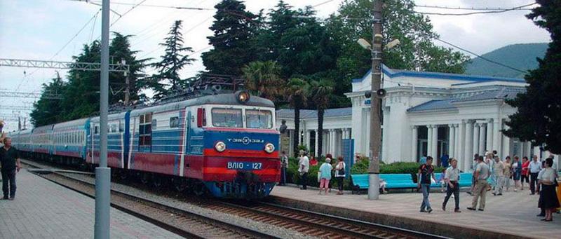 Электричка идет от аэропорта Сочи до поселка Лазаревское