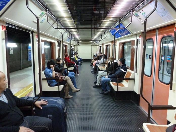 Многие стараются попасть в первый вагон метро – составы тут