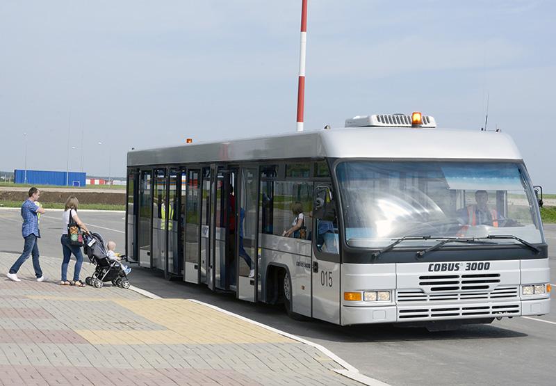 Пассажиров у трапа встречает автобус и везет к терминалу