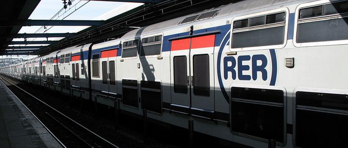 Поезд RER соединяет аэропорт Шарль де Голль с Парижем