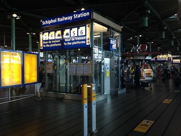 Указатели, направляющие пассажиров на жд станцию
