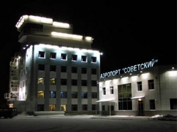 Семиэтажное административное здание рядом с терминалом аэропорта