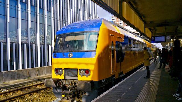 Поезда связывают Схипхол с центром Амстердама