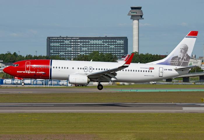 Самолет авиакомпании Norwegian Air Shuttle на взлетно-посадочной полосе аэровокзала Арланда