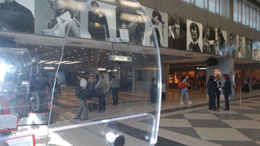 Внутри здания аэровокзала разнообразие магазинов и интересный интерьер