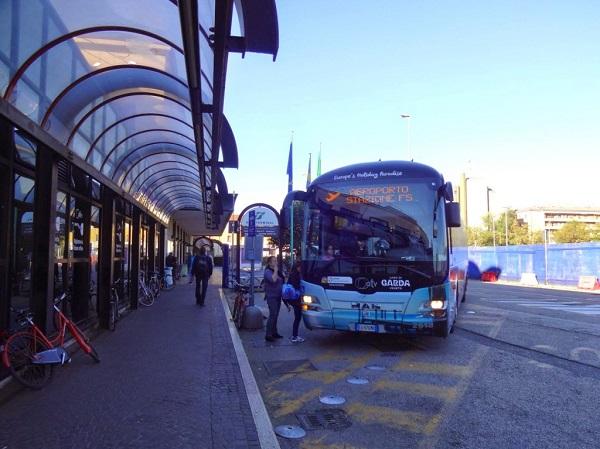 По маршруту аэропорт Виллафранка – городской вокзал Вероны Порто Нуово курсирует такой аэробус