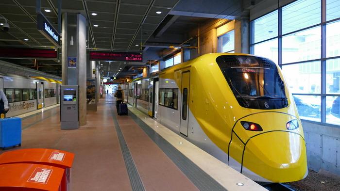 Высокоскоростной поезд Арланда Экспресс в воздушном порту Стокгольма