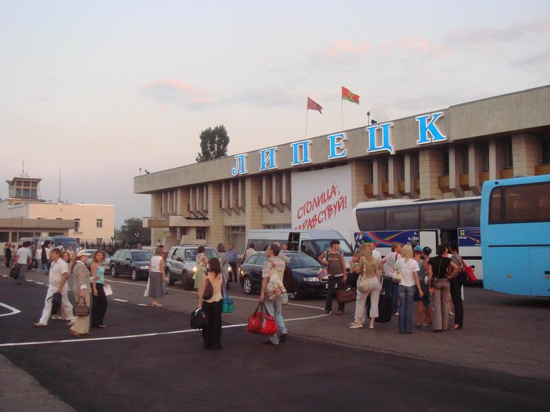 Стоянка автотранспорта на аэровокзале Липецка