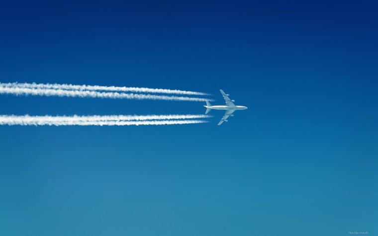 Оставляющий след современный воздушный лайнер