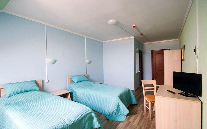 В недорогих гостиницах обстановка простая, но чисто и всего достаточно