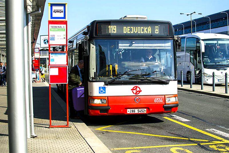 Бюджетные путешественники выбирают автобус, чтобы добраться до центра Праги