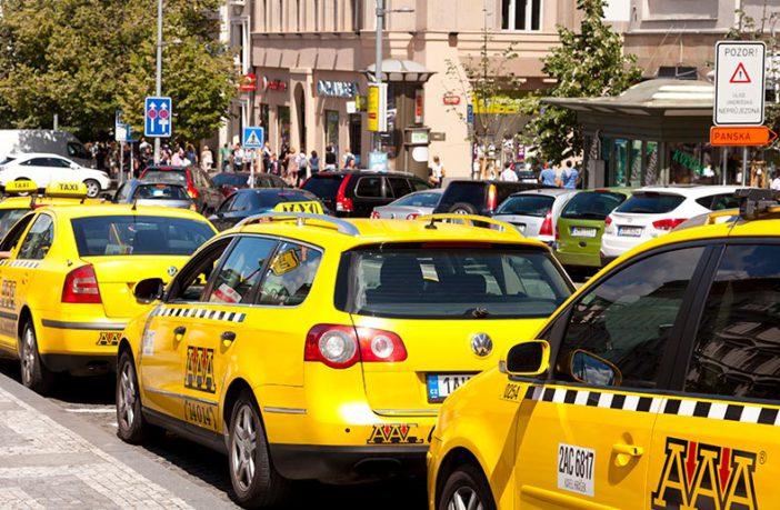 Пражское такси ожидает клиентов в аэропорту круглосуточно
