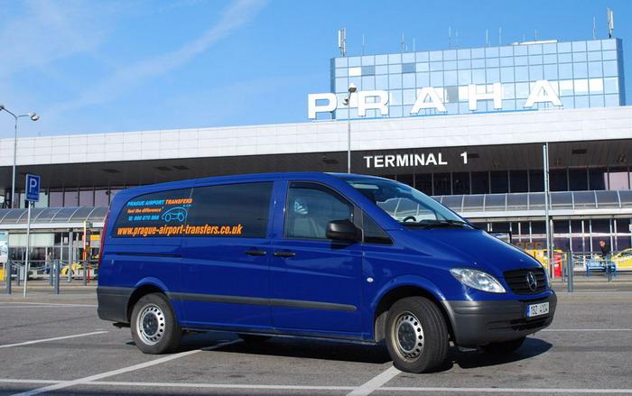 Сообщение с городом обеспечивают такие трансферные микроавтобусы, принадлежащие аэропорту