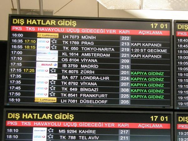 Табло прилетов международных рейсов в аэропорту «Ататюрк»