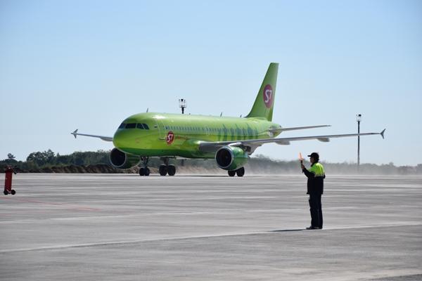 Самолет авиакомпании S7 в воронежском аэропорту