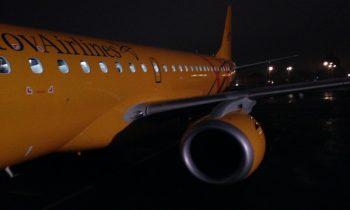 Самолет Е190 на взлётной полосе