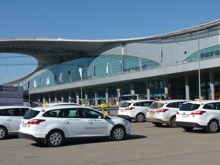 Стоянка такси у аэропорта*цена за машины класса Эконом