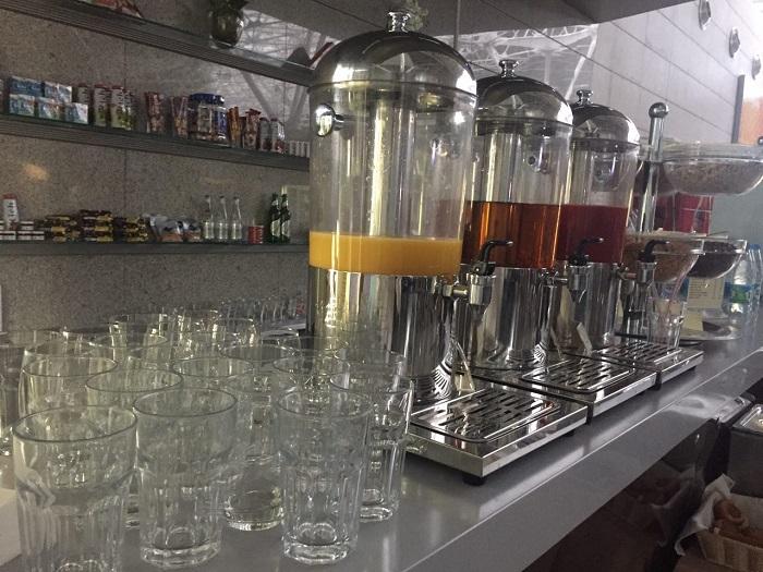 Бесплатные закуски и напитки посетителям бизнес-зала