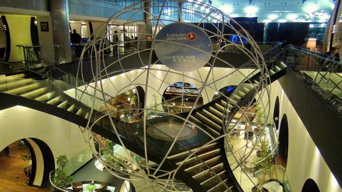 Панорама бизнес зала с логотипом компании
