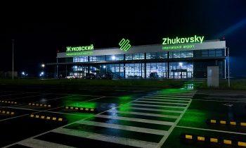 Фасад аэропорта ночью