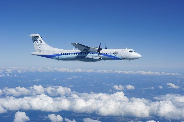 Самолет atr72 во всей красе своего полета