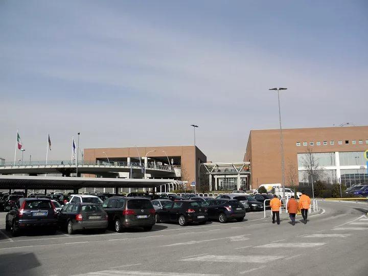 Парковочная зона у аэропорта