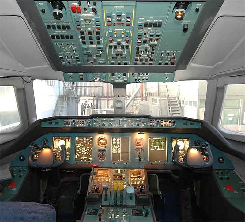 Приборная панель в кабине пилотов