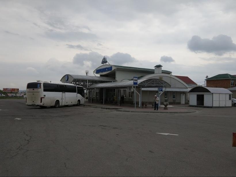 Автобус, подъезжающий к автовокзалу Минвод