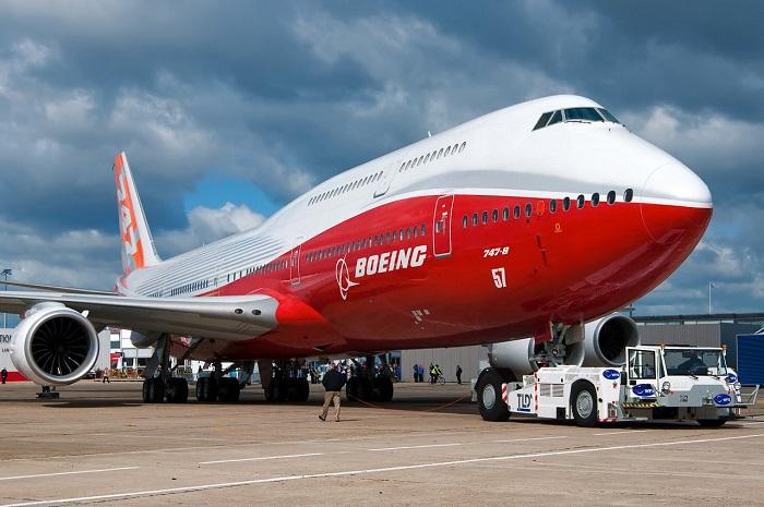 Боинг 747-8 на летном поле
