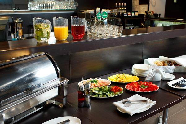 В кафе отеля на завтраки сервируется «шведский стол»