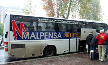 Посадка пассажиров в автобус компании Malpensa shuttle