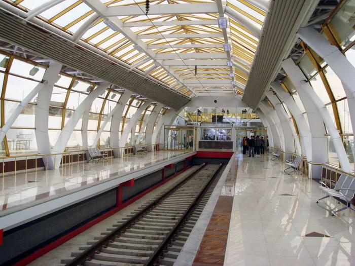 Внутри здания железнодорожной станции аэропорта Тбилиси