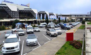 Стоянка такси на парковке перед выходом из аэропорта
