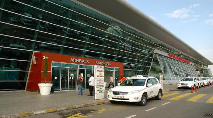 Остановка такси около здания аэропорта