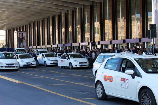 Стоянка такси в Милане около терминала аэропорта Мальпенса
