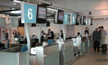 Справочная домодедовского аэропорта рядом со стойкой регистрации