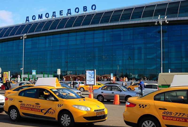 Ожидающие такси у терминала Домодедово