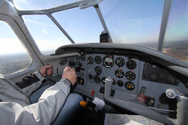 Сдвоенная система управления в кабине учебного самолета