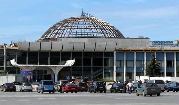 Стоянка, где паркуются такси из аэропорта в город